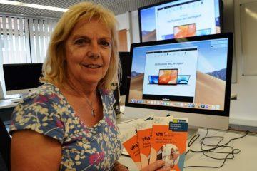 Fachbereichsleiterin Anke Wermelt am iMac im Schulungsraum der vhs Münster. (Foto: vhs Münster)