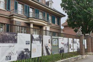 """Die Sonderausstellung """"Einige waren Nachbarn – Täterschaft, Mitläufertum und Widerstand im Holocaust"""" am Außenzaun der Villa ten Hompel als """"Gallery Walk"""". (Foto Stadt Münster / Villa ten Hompel)"""