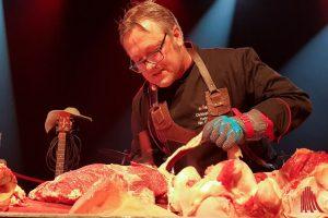 Fleischsommelier Christoph Grabowski zeigte auf der Wagyu-Gala live, wie man edles Fleisch richtig bearbeitet und hielt einen Vortrag zum respektvollen Umgang mit Lebensmitteln.
