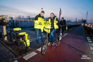 Christoph Becker und seine Kollegen von der Verkehrswacht Münster verteilten Warnewesten. (Foto: Michael Bührke)