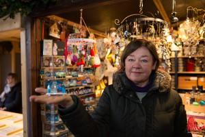 Jutta Finke-Schneider verkauft Handgemachtes. Besondere Hingucker: Die Schneekugeln mit Münster-Motiven. (Foto: cabe)