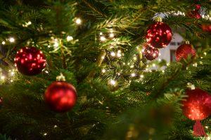 In der Nähe des Weihnachtsbaumes sollte immer ein Feuerlöscher griffbereit sein. (Foto: so)