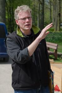 Projektleiter Manfred Belle erläutert den Aufbau des Weltgarten-Pavillons. (Foto: th)