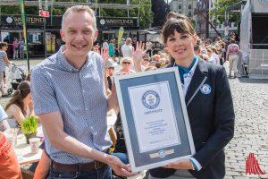 Lena Kuhlmann von Guinness World Records überreicht die URkunde für den Weltrekord an Tino Gottschalk von Arla-Deutschland. (Foto: th)