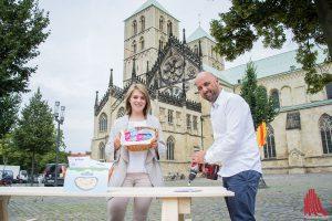 Für den längsten Picknicktisch der Welt werden über 5000 Schrauben verbaut. Veranstalter Melissa Breitkopf und Markus Pließnig legen selber Hand an. (Foto: th)