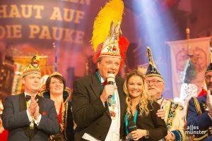 """Der langjährige Sitzungsmoderator Dr. Uwe Koch (Mitte) wird - zusammen mit Lisa Feller - auch durch die Sendung am 16. Februar 2021 mit dem Besten aus 50 Jahren """"WhaP"""" führen. (Archivbild: Carsten Bender)"""