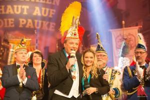 Gala-Urgestein und Moderator Dr. Uwe Koch brillierte und präsentierte die Mottolied-Sängerin Alexandra Pietrucha. (Foto: cabe)