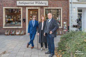 Ina Paule Klink am Rande von Wilsberg-Dreharbeiten mit Leonard Lansink (re.) und Oliver Korittke. (Foto: Carsten Pöhler)