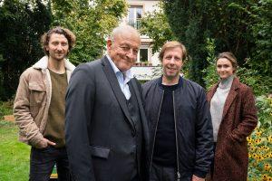 """""""Wilsberg""""-Drehstart für Hauptdarsteller Leonard Lansink (2.v.l.) und Oliver Korittke (3.v.l.), hier mit den Episodendarstellern Moritz Heidelbach und Isabella Krieger). (Foto: ZDF / Thomas Kost)"""