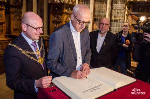 ZDF-Redakteur Martin R. Neumann, hier beim Eintrag ins Goldene Buch der Stadt Münster anlässlich der 50. Folge. (Foto: Thomas Hölscher)