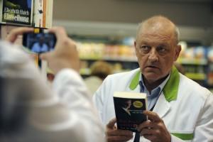 In der Wilsberg-Jubiläumsfolge ermittelt Leonard Lanksink verdeckt in einem Supermarkt. (Foto: ZDF / Warner Bros.)