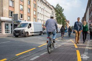 """Während in dieser Woche das """"Reallabor Wolbecker Straße"""" läuft, bleibt der sonst geteilte Fuß- und Radweg dem Fußverkehr vorbehalten, Radfahrer müsen nun auf die Straße wechseln. (Foto: Thomas Hölscher)"""
