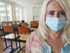 Ab Montag gilt die Maskenpflicht auch für sämtliches Schulpersonal. (Symbolbild: Alexandra Koch / Pixabay)