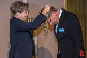 Ursula Nelles übergibt die Rektorenkette an ihren Nachfolger Johannes Wessels. (Foto: th)