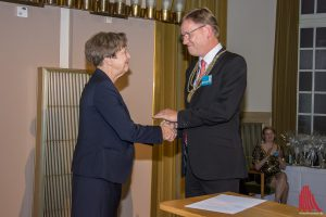 Professor Ursula Nelles beglückt ihren Nachfolger Professor Johannes Wessels bei der feierlichen Rektoratsübergabe im Schloss. (Foto: th)