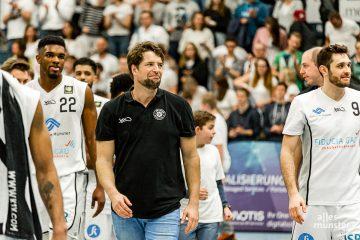 Beim Auswärtsspiel gegen die Dresden Titans wird Headoach Philipp Kappenstein (Mitte) am Sonntag auf einige wichtige Spieler verzichten müssen. (Archivbild: Claudia Feldmann)
