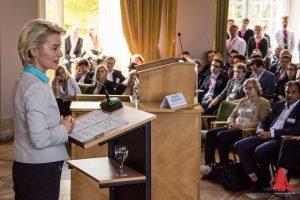 Verteidigungsministerin Ursula von der Leyen spricht beim Symposiums Oeconimicum im Schloss. (Foto: th)