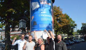 Kirsten Hansen von Zartbitter Münster (m.) freut sich mit Melanie Braasch von der WALL GmbH und den Dozenten Jakob Maser (li.) und Paul Plattner-Wodarczak (re.) sowie Student Pascal Reckel über die gelungene Plakatkampagne. (Foto: Albert Bartel)