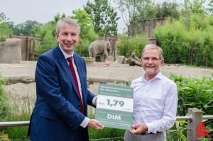 Prof. Dr. Michael Bernecker vom Deutschen Institut für Marketing (li.) überreicht Zoodirektor Jörg Adler das Zertifikat. (Foto: th)
