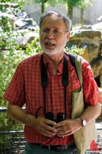 Michael Tillmann beobachtet die vermehrte Ansiedlung von Störchen im Zoo durchaus kritisch. (Foto: th)