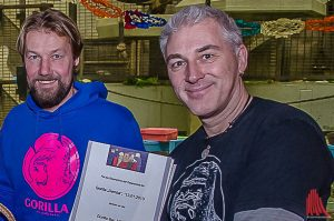 Bernd Redeker (li.) und Reiner Schlag, Betreiber der Gorilla Bar in der Altstadt, sind die Tierpaten von Demba. (Archivbild: Thomas Hölscher)