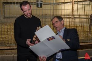 """Zoochef Jörg Adler (re.) überreicht Christoph Metzelder die Patenschaftsurkunde für Giraffe """"Rocky"""". (Foto: th)"""
