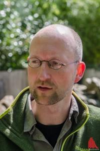 Dirk Wewers erklärt die auf Kindergröße ausgerichtete Anlage der Stachelschweine. (Foto: th)