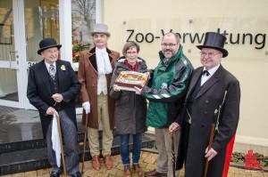 Der neue Zoodirektor Dr. Thomas Wilms (2.v.r.) wurde heute im Allwetterzoo begrüßt. Dort traf er auch auf Zoo-Gründer Prof. Landois in Form von Gerhard Schneider (re.) von der Abendgesellschaft Zoologischer Garten. (Foto: th)