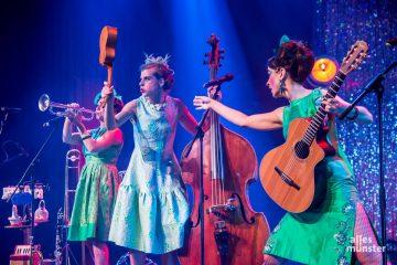 Ein bißchen Theater boten die drei Damen in den grünen Roben auch, passend zum Ort. (Foto: Thomas Hölscher)